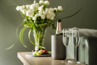 HotelNorgeByScandic_weddingnight_suite_champagne_C.jpg