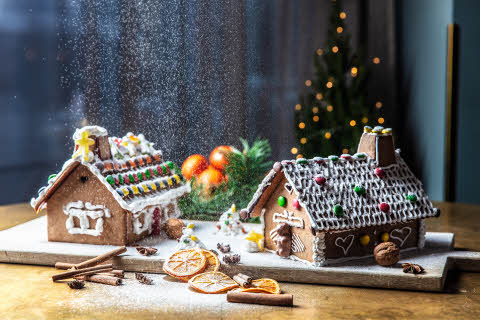 Christmas_Gingerbread_House_Snow.jpg